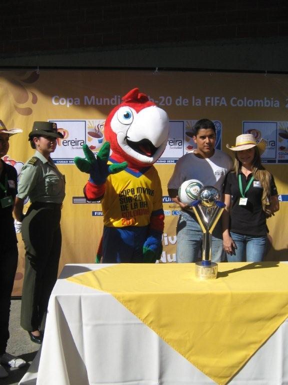 Fotos participantes con Mascota, balon y copa Mundial de Fútbol Fifa Sub20